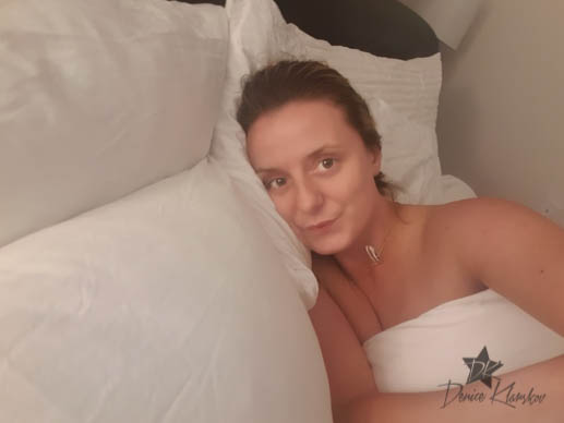 Denice Klarskov putter i seng