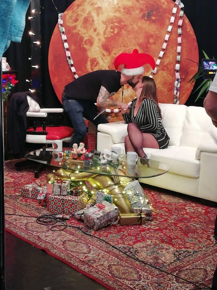 Jokeren kysser Denice Klarskov under optagelse til Jokerens Julefreakshow